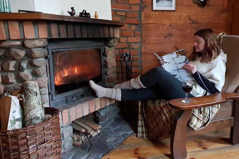 lesniczówka sypialnia z kominkiem