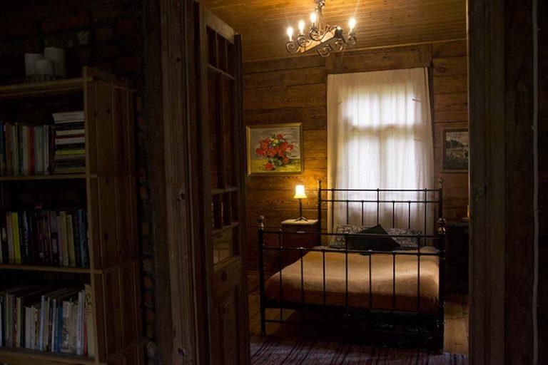 Leśniczówka sypialnia z kominkiem